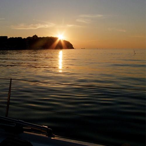 barca-a-vela-tramonto-riviera-del-conero